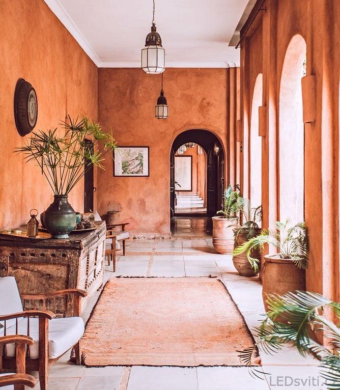 Osvětlení ovlivňuje vnímání barev - oranžový pokoj