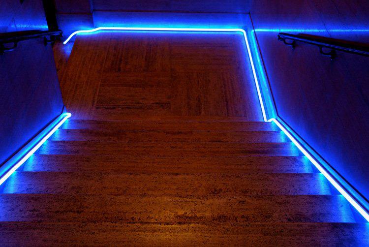 LED Neon pásky umístěné na schodišti