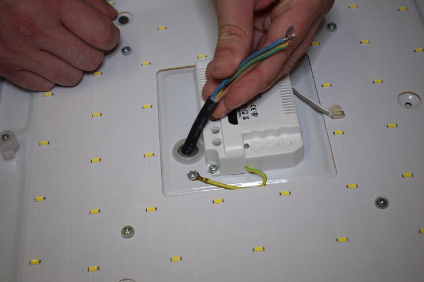 stropni-led-svetla-protahnuti-kabelu